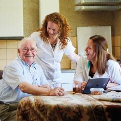 Wat houdt dagbesteding voor ouderen in?